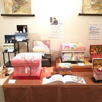 加賀友禅コーナー 久恒俊治や友野雅子の作品、金沢インテリア茶箱の季の箱が並びました。