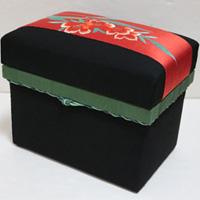 5K お気に入りの刺繍帯を使い、蓋裏にも帯の一部を押絵であしらった作品