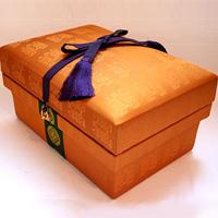 5KS 天皇即位の際に着用される衣の生地を使用。内側には金沢伝統工芸の金箔を施してある。
