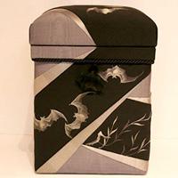 STOOL 作者の祖母がデザインした刺繍の帯を大胆にあしらった作品
