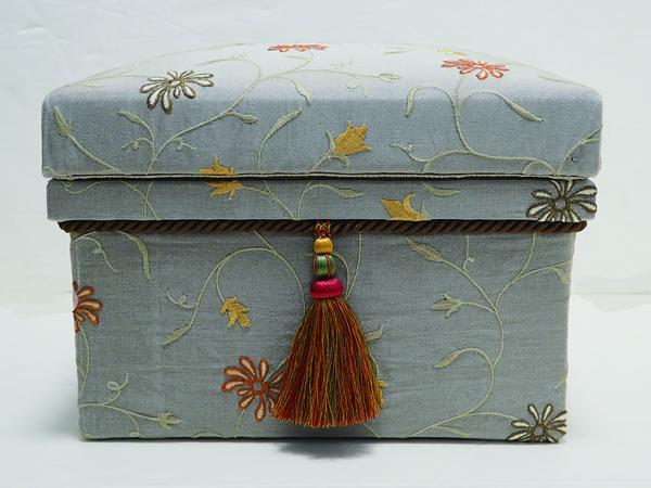 刺繍が気に入って購入した生地で作成。