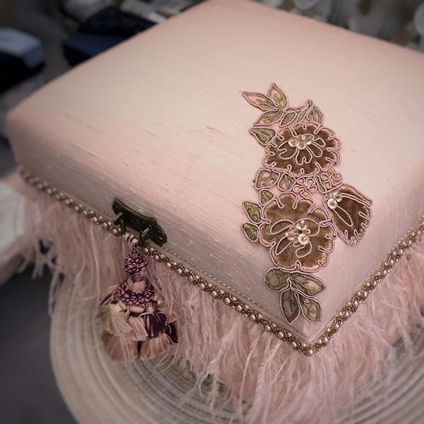 ピンクのシルクを贅沢に使い、オーストリッチ、ビーズトリムで装飾しました。中にはオリジナルの桐内箱付き。アクセサリーケースとして人気の高い作品です。