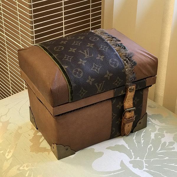 思い出のバッグを解体して、インテリア茶箱として新たな命を吹き込みました。最近では、レッスン・オーダー共に思い出のブランドバッグを使って仕上げる茶箱が人気です。こちらの写真は、受講生レッスンの作品です。