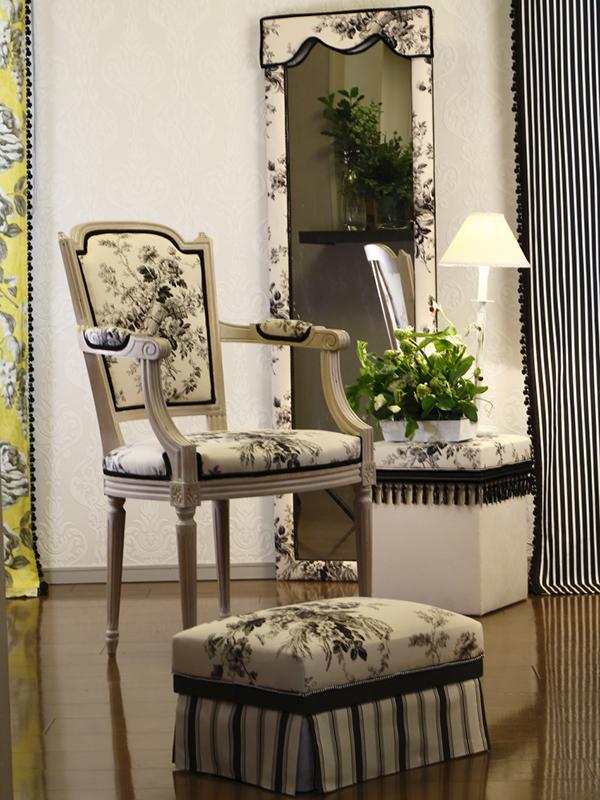 壁紙と椅子を張り替えてミラーはカルトナージュでリメイクしました。スツールやオットマンはインテリア茶箱です。 カーテンもトータルコーディネートしています。デザイナーギルドの布で統一しています。