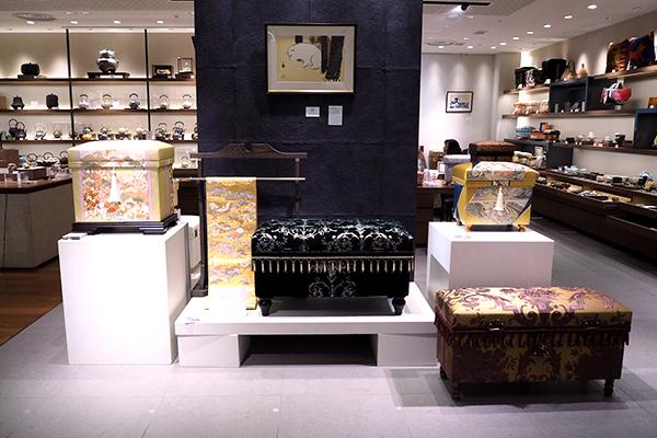 和洋の豪華なデザイン茶箱が入口でお出迎え