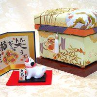 2018年の干支である犬の置物と手描き京友禅作家 藤井寛先生の「お正月」1K