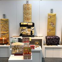 背景には帯を掛け、藤井先生の作品や大島紬など和物を中心にディスプレイしました。