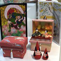 デジタル屏風とミニ茶箱。 季節のお飾りを添えて展示しました。