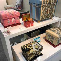 「ダイヤ柄帯」10K型とNori-M型、手描き加賀友禅作家の友野先生「桜」Nori-M型といった華やかな和物茶箱が並びました。