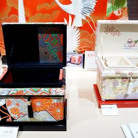 蓋裏アートにも美しい装飾がされています。 アンティーク帯「小槌に菊」1K型と藤井寛「慶長山取幔幕図」手描き京友禅1K型を並べました。
