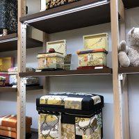 手描き京友禅作家 藤井寛先生のインテリア茶箱のコーナーです。蓋裏アートも施され、開けても楽しいデザインのインテリア茶箱です。