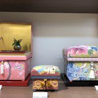金沢金箔が施された加賀のインテリア茶箱が並びました。両サイドにはNori-M型、中央には加賀の桐茶箱です。