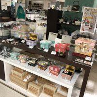 加賀のミニ桐茶箱、久恒先生や藤井先生デザインのインテリア茶箱が並びました。下段には素茶箱とレーザー茶箱も並びました。