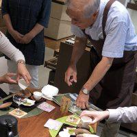 川根の茶農家「相藤園」の相藤怜治さんを招いて、 一風変わった冷茶の入れ方を教わりました。