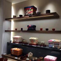 インテリア茶箱と陶器の美しいディスプレイ