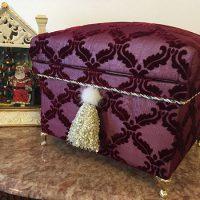 薄いオーガンジーにベルベットの生地。ゴールドの猫足と手作りミンクタッセルを付けクリスマスらしく