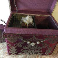 フロッキーダマスクの生地。中央にはネックレスを装飾し、中には手作りのオルゴールとボックスをセット