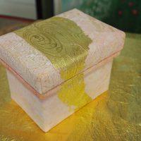 雪肌麻紙揉紙、金箔、水干絵具を使用