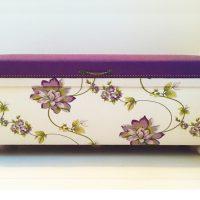 自宅の紫のソファに合わせて、階段の踊り場用に作ったスツール。 刺繍がお気に入り