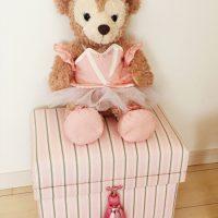 難しいストライプ、子供部屋で人形が座ってます