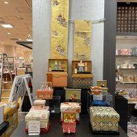 「小田益人形」のお雛さまが飾られた美しいインテリア茶箱